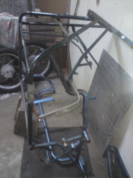 Sonntag 06.07.2014 Der Rahmen ist nackig. Die Tafel rechts war als Bodenplatte verbaut. 4 mm starkes Alu - Gewicht 8,5 kg.