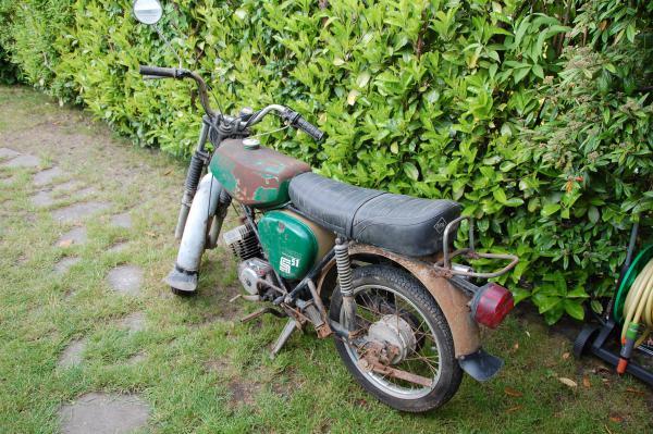 Patina-Moped, so stand es von 1989 bis 2014 in einer Scheune bei Oschersleben (Sachsen Anhalt)! Bj. 1983 / km-Stand 43000