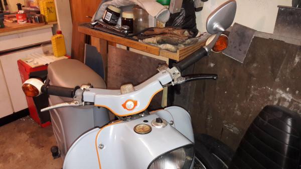 Orangener Keder aus dem Modellbau und ein paar Akzente als Kontrast zum grau.